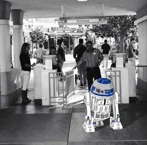 R2D2 going through park gates